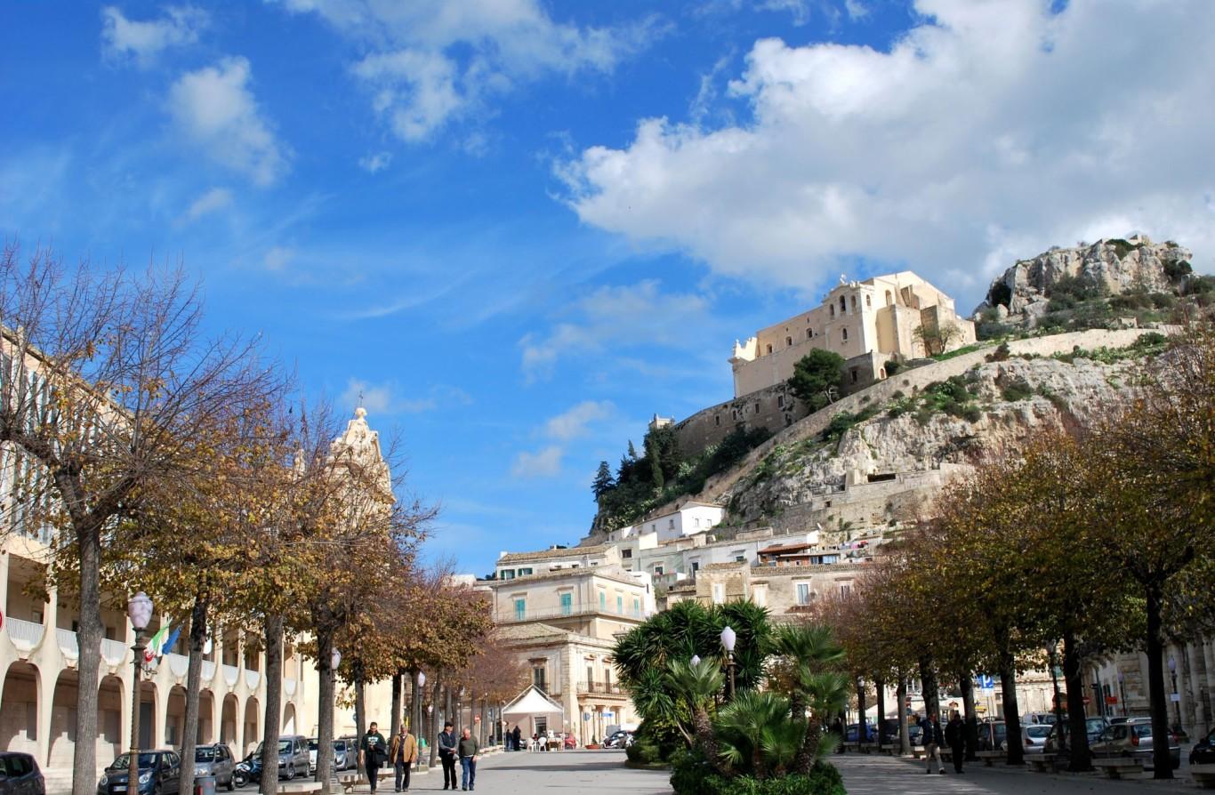 Piazza Italia ed il colle di San Matteo a Scicli